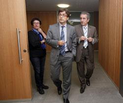 Cinca entra en la sala de comparecencias.