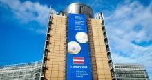Pancarta sobre Letonia en la Comisión Europea