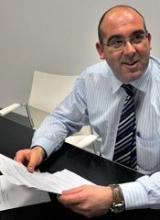 Francisco Javier García Herrero con la carta recibida del Ministerio de Cultura