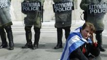 Una manifestante se lamenta en Atenas frente al Parlamento